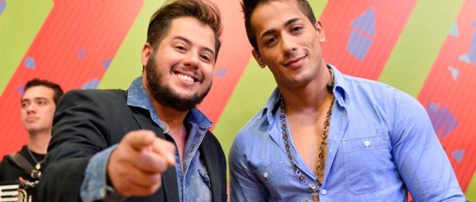 Marabá FM sorteia violão personalizado da dupla Hugo e Tiago