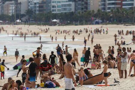 Banhistas na Praia do Arpoador, na zona sul do Rio