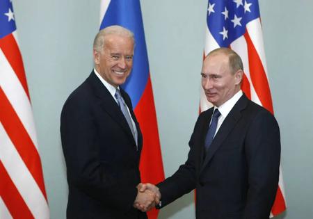 Em imagem de março de 2011, o então vice-presidente americano, Joe Biden (E), cumprimenta Vladimir Putin durante visita a Moscou