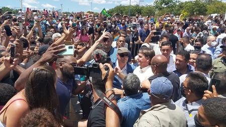 Presidente é recebido por apoiadores durante entrega de trecho da BR-135 em Coribe, na Bahia