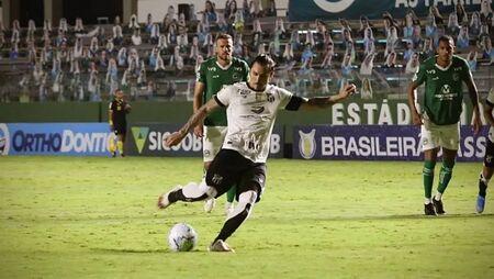 Vina converte pênalti na vitória do Ceará sobre o Goiás