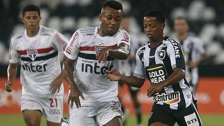 Luan, do São Paulo, disputa jogada com Ênio, do Botafogo
