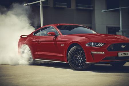 """Um dos equipamentos mais desejados pelos fãs de carros esportivos, o sistema eletrônico de preaquecimento dos pneus traseiros é uma função que permite travar as rodas dianteiras e acelerar as traseiras sem sair do lugar, """"queimando"""" os pneus"""