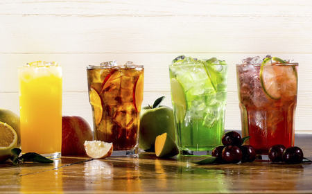 Para quem se prepara para a folia, o Madero oferece opções como chás gelados, sucos naturais, sodas Madero e as Lemonades, ideais para manter o corpo hidratado e repor as energias