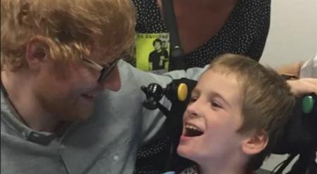 O menino precisa de cadeira de rodas para se locomover e tem paralisia cerebral
