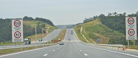 A concessão prevê que o privado realize investimentos ao longo dos 30 anos da concessão. Somente no Trecho Oeste circulam, em média, 95 mil veículos por dia