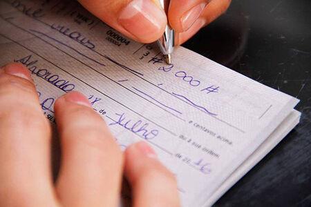 O presidente Jair Bolsonaro vetou integralmente projeto de lei aprovado pelo Congresso que regulamentava o pagamento com cheque em estabelecimentos comerciais