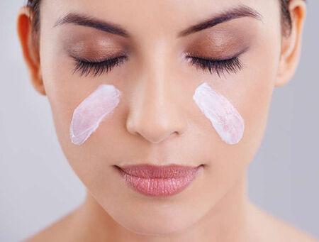 Durante o verão, é normal a pele adquirir um aspecto oleoso, pois o calor estimula as glândulas sebáceas e intensifica a produção de sebo, que atua como uma proteção devido a maior exposição solar