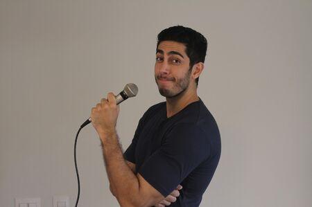 O conteúdo que Jonathan promete trazer em seu show de humor é semelhante com suas esquetes do Youtube, onde aborda temas familiares com uma censura livre