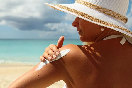 Não é preciso deixar de curtir a água e o sol para evitar 'marquinhas' desagradáveis, basta tomar alguns cuidados para prevenir o aparecimento de doenças de pele comuns nessa estação