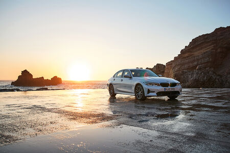 O pacote de tecnologias embarcadas no novo BMW Série 3 inclui ainda sistemas de segurança de última geração, como o dispositivo de detecção de acidentes Active Protection, que é capaz de identificar situações de risco potencial e acionar automaticamente e