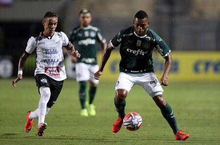 Borja encara a marcação de defensor do Bragantino durante vitória palmeirense