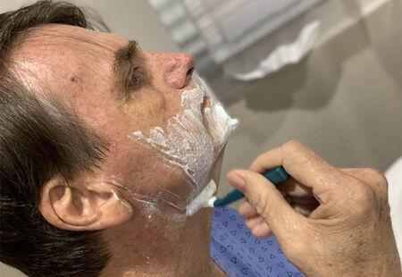 Jair Bolsonaro postou no Twitter foto em que aparece se barbeando no Hospital Albert Einstein
