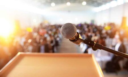 O conteúdo é o que se sabe, seja por vivência ou estudos; a técnica é o vocabulário, voz, postura corporal e é importante conhecer o ambiente e o público alvo para quem se vai falar