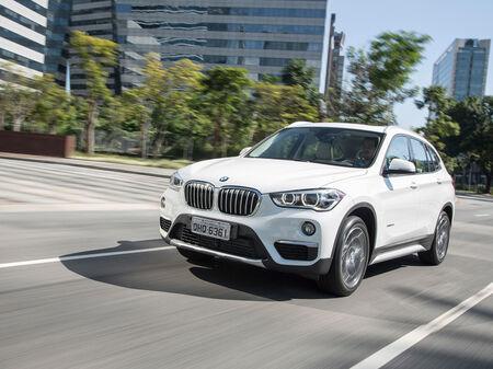 A opção top de linha xDrive25i traz o mesmo conjunto mecânico, porém com 231 cv e 350 Nm de toque, e acoplado à tração integral inteligente BMW xDrive