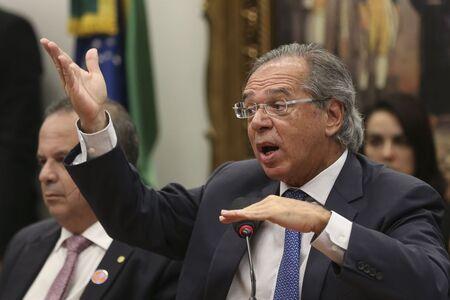 Diante da insistência de jornalistas e da sugestão de que ele não foi informado sobre a interferência nos preços, Guedes respondeu: