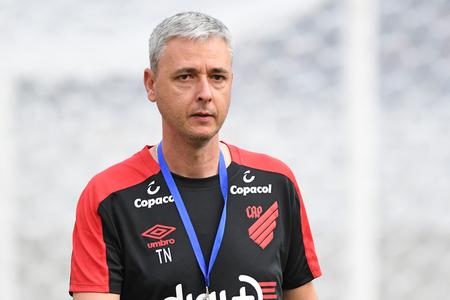 Em busca de um substituto, o clube conversou com Tiago Nunes