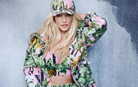 Nesta versão, Britney Spears abusa da sensualidade com um figurino ousado e uma coreografia cercada de dançarinos