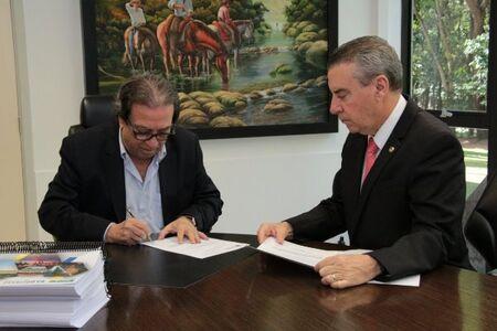 Presidente do TCE-MS recebe documentos e ressalta cumprimento de prazos por parte da ALMS