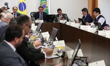 Bolsonaro se reúne com ministros e técnicos para falar de combate ...