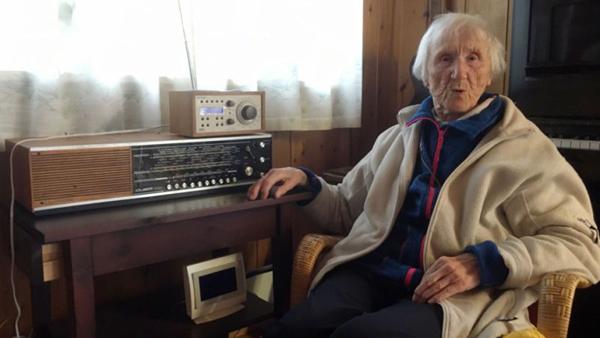 udith Haaland, de 98 anos, sentada ao lado do seu velho rádio, em Stavanger
