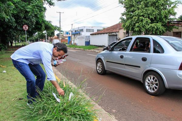 Garrafas de vidros, pet e sacos plásticos foram encontradas pelo prefeito Marquinhos Trad no canteiro Central da Rua Ministro José Linhares, em frente à UPA do Bairro Vila Almeida
