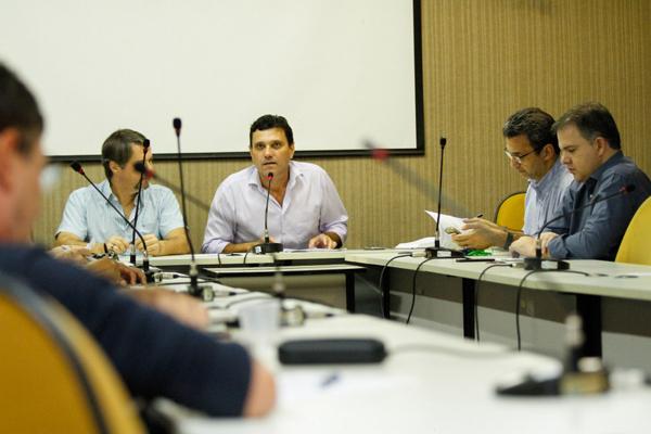 O conselheiro João Duarte e funcionários da Sedesc fizeram questão de esclarecer todas as dúvidas dos conselheiros, incluíndo definição dos pontos de entrega dos alimentos