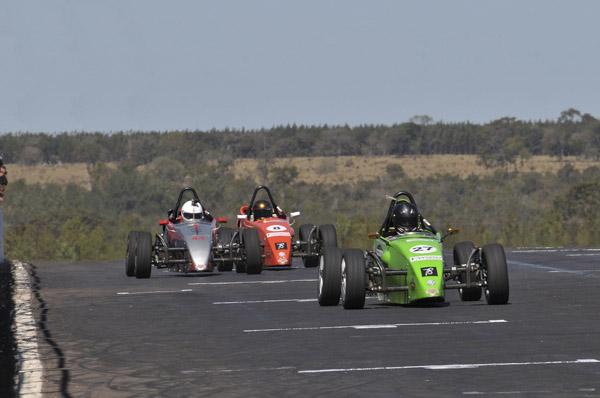 Na vitória de domingo, com 11 carros, ele largou na penúltima posição, determinada pela inversão do grid pela classificação da prova de sábado. Logo nas primeiras voltas, ele já estava em segundo