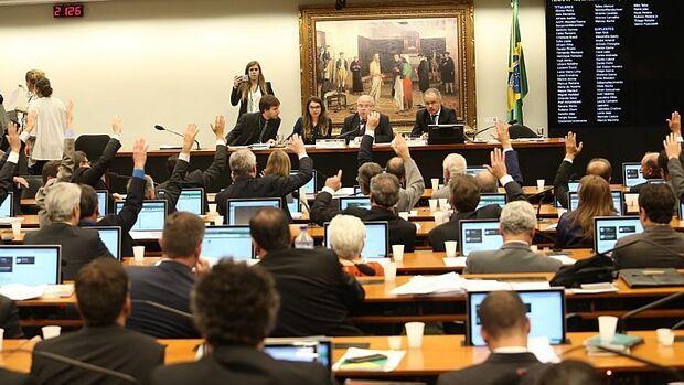 A mudança foi aprovada por 17 votos a 15, em destaque do PMDB, com apoio das bancadas do DEM, do PSDB, do PSD e do PP e o distritão seria um modelo de transição ao distrital misto