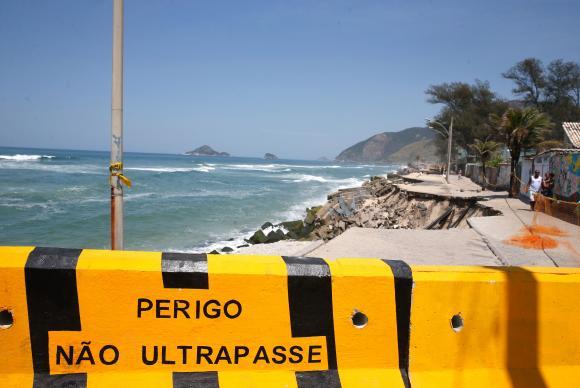 Rio de Janeiro - A força da água provocou o desabamento de mais um trecho do calçadão na Praia da Macumba, zona oeste do Rio de Janeiro, desmoronando a ciclovia situada sob a calçada (Tânia Rêgo/Agência