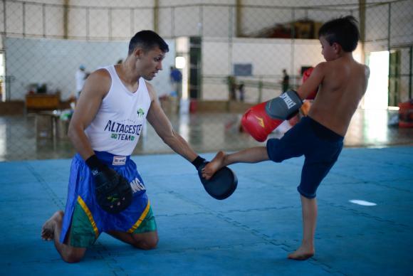 Brasília - No Dia da Criança, a ONG Estruturando realiza atividades para crianças e jovens no Centro Olímpico da Estrutural (Marcello Casal Jr/Agência Brasil)