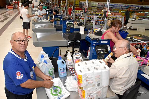 Os idosos contratados pela Rede Comper em Campo Grande trabalham num ritmo normal como o dos outros funcionáriosOs idosos contratados pela Rede Comper em Campo Grande trabalham num ritmo normal como o dos outros funcionários
