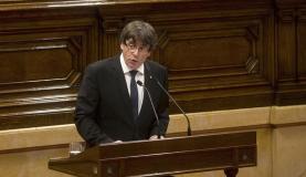 O líder catalão Carles Puigdemont fala ao Parlamento da Catalunha, em Barcelona