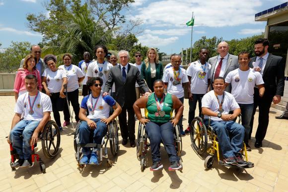 Rio de Janeiro - Presidente Michel Temer posa para fotos com alunos do Centro de Educação Física Almirante Adalberto Nunes (Marcos Corrêa/PR)