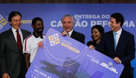 Brasília - O presidente Michel Temer participa da cerimônia de entrega do Cartão Reforma, no Palácio do Planalto (Marcos Corrêa/PR)