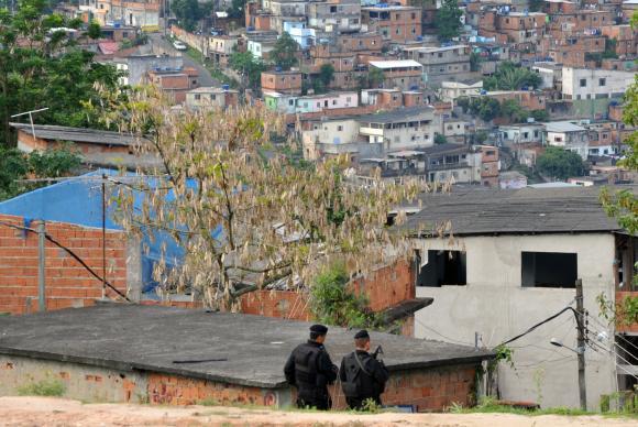 Rio de Janeiro -Dois blindados da Marinha pilotados por fuzileiros navais que foram usados na ocupação do complexo do Alemão levam jornalistas pelas ruas da favela e rotas de fuga na pedra do sapo que foi utilizada