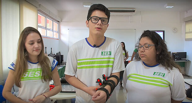Estudantes mostram disposito eletrônico criado por eles chamado de Olho de Agamotto