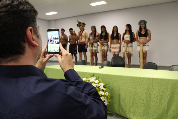 A abertura do evento contou com a apresentação cultural do grupo Jeroky Reñoi Verá, composto por acadêmicos indígenas da UFGD e da UEMS