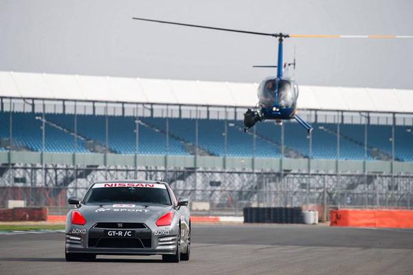 Piloto teve a ajuda de um helicóptero para controlar o GT-R em Silverstone