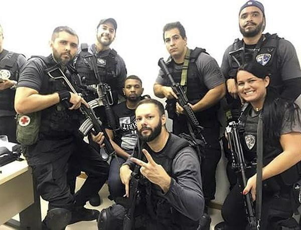 Policiais do Rio possam para foto ao lado do traficante Rogério 157 preso nesta quarta-feira (6)