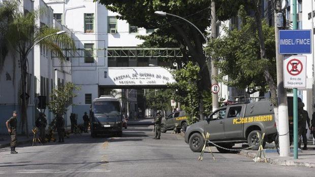 O incidente aconteceu por volta das 21h de ontem (27), quando suspeitos tentavam fugir de uma perseguição policial