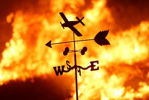 Fogo atinge fazenda durante incêndio florestal na Califórnia
