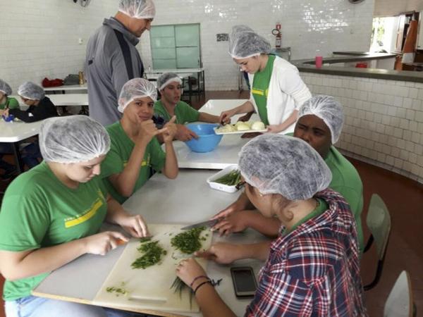 Alunos põem as mãos na massa e aprendem a arte da culinária na escola estadual Maria Constança Barros Machado, no centro de Campo Grande