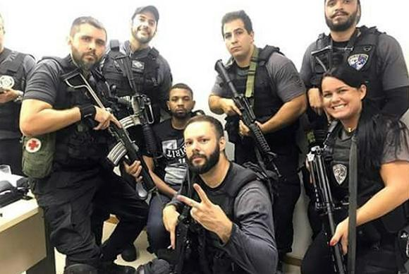 Rio de Janeiro Policiais civis do Rio fazem selfie logo após a prisão do traficante Rogério 157