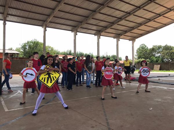 Durante o evento, os alunos da escola municipal fizeram várias apresentações artísticas, como danças, teatros, poesias, além da exposição dos trabalhos elaborados ao longo do semestre