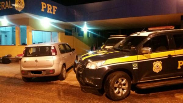 O condutor foi preso em flagrante por uso de documento falso e adulteração de sinal identificador de veículo automotor sendo encaminhado para a Delegacia de Polícia Federal de Três Lagoas