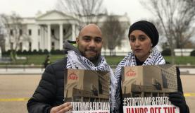 Os ativistas Kareem El-Hosseiny, da Americanos Muçulmanos pela Palestina, e Jinan Shbat, do Conselho sobre Relações Américo, protestam em frente à Casa Branca contra anúncio de Trump sobre a Palestina