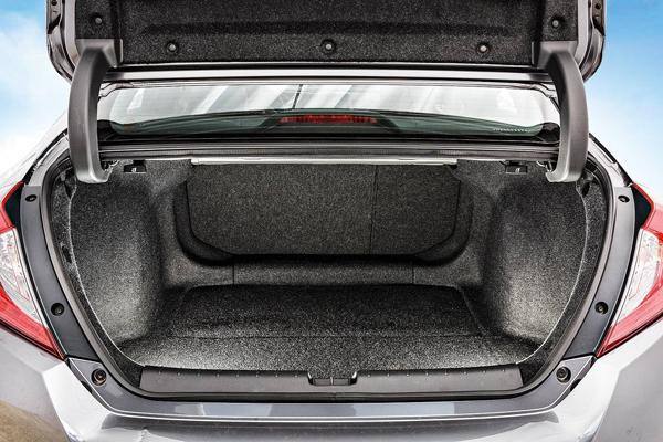 Dobradiças articuladas do Peugeot 408 não invadem porta-malas