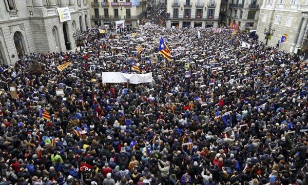 """O lema do ato é """"Despierta, álzate por la democracia"""" (Acorda, levanta-te pela democracia)."""