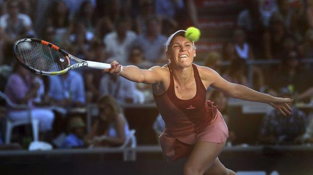 Wozniacki quebrou o saque de Martic no segundo e oitavo games para vencer o primeiro set em 24 minutos